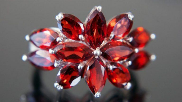 Vintage ring with garnet stones as flower