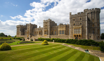 Behind-the-Ropes: Private Tour of Windsor Castle with Lunch at The Hind's Head for Two